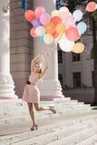 Kvinna med färgrika ballonger fotografering för bildbyråer