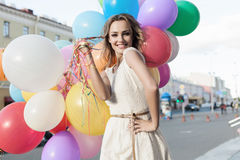Kvinna med färgrika ballonger royaltyfri bild
