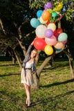 Kvinna med färgrika ballonger arkivfoto