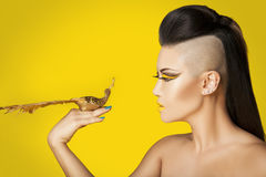 Kvinna med fågeln Royaltyfri Bild