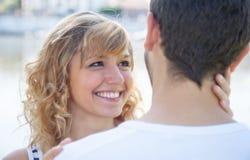 Kvinna med förälskat blont hår Arkivbilder