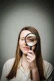 Kvinna med förstoringsapparat Arkivbild