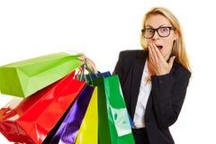 Kvinna med förvånat att agera för shoppingpåse Fotografering för Bildbyråer