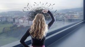 Kvinna med förvirring och problem arkivfoto