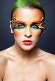 Kvinna med falsk fjäderögonfransmakeup Royaltyfri Bild