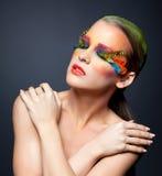 Kvinna med falsk fjäderögonfransmakeup Royaltyfri Fotografi