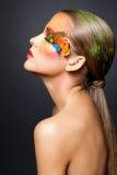 Kvinna med falsk fjäderögonfransmakeup Royaltyfri Foto
