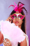 Kvinna med fanen för karnevalmaskeringshåll Arkivbild