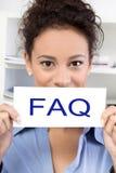 Kvinna med FAQ-tecknet royaltyfri bild