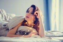 Kvinna med felika ljus och boken Royaltyfri Foto