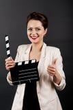 Kvinna med filmapplådtummen upp royaltyfri bild