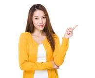 Kvinna med fingerpunkt upp Fotografering för Bildbyråer