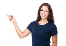 Kvinna med fingerpunkt upp Arkivfoto