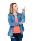 Kvinna med fingershow ut Arkivbild