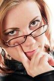 Kvinna med fingret på ögat arkivbild