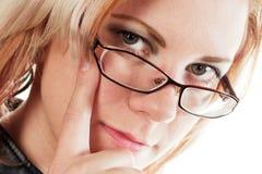 Kvinna med fingret på huvudet arkivbild