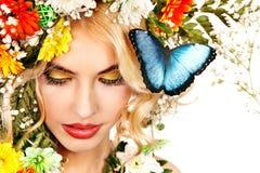 Kvinna med fjärilen och blomman. Arkivbilder