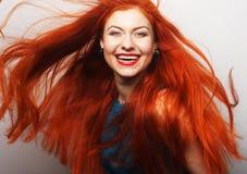 Kvinna med flödande länge rött hår arkivfoton