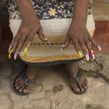 Kvinna med flagga målad fingernagelhavannacigarr royaltyfria bilder