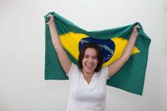 Kvinna med flaggan i den vita bakgrunden royaltyfri fotografi