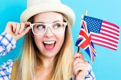 Kvinna med flaggor av engelska - talande länder royaltyfri fotografi