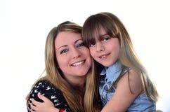 Kvinna med flickan båda som ler Royaltyfri Fotografi