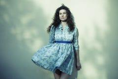 Kvinna med flygklänningen Royaltyfri Fotografi