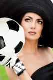 Kvinna med fotbollbollen Royaltyfria Bilder