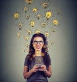 Kvinna med framkallande idéer för smarpthone Arkivbild