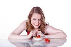 Kvinna med frukostsädesslag Fotografering för Bildbyråer