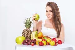 Kvinna med frukt royaltyfria foton