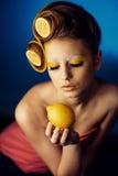 Kvinna med frukt i hår fotografering för bildbyråer