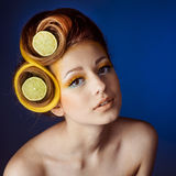 Kvinna med frukt i hår royaltyfria foton