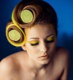 Kvinna med frukt i hår arkivbilder