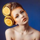 Kvinna med frukt i hår arkivfoton