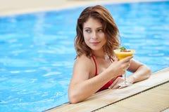 Kvinna med fruktcoctailen Royaltyfri Foto