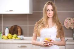 Kvinna med fruktsaft arkivbild