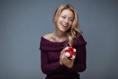 Kvinna med gåvaasken royaltyfria bilder