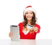 Kvinna med gåvan, minnestavlaPC och kreditkorten Arkivbilder
