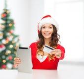 Kvinna med gåvan, minnestavlaPC och kreditkorten Royaltyfri Fotografi