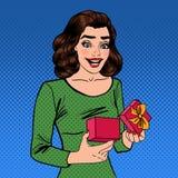 Kvinna med gåvan Upphetsad kvinna med gåva Pop Art Banner Arkivfoto