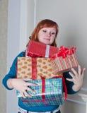 Kvinna med gåvor Arkivfoton