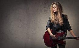 kvinna med gitarren royaltyfri fotografi