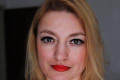 Kvinna med glödande ögon Arkivfoto