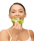 Kvinna med grönsallat Royaltyfria Bilder