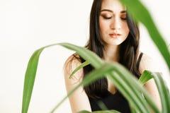 Kvinna med grönska på vit bakgrund med kopieringsutrymme sommarmodefoto Begrepp för hudomsorg, bio produkt royaltyfri bild