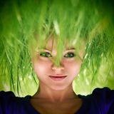 Kvinna med grönt gräshår Arkivfoton