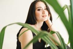 Kvinna med gr?nska p? vit bakgrund med kopieringsutrymme sommarmodefoto Begrepp f?r hudomsorg royaltyfria bilder