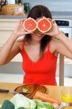 Kvinna med grapefrukter Royaltyfria Foton