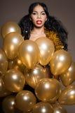 Kvinna med guld- ballonger Arkivfoton